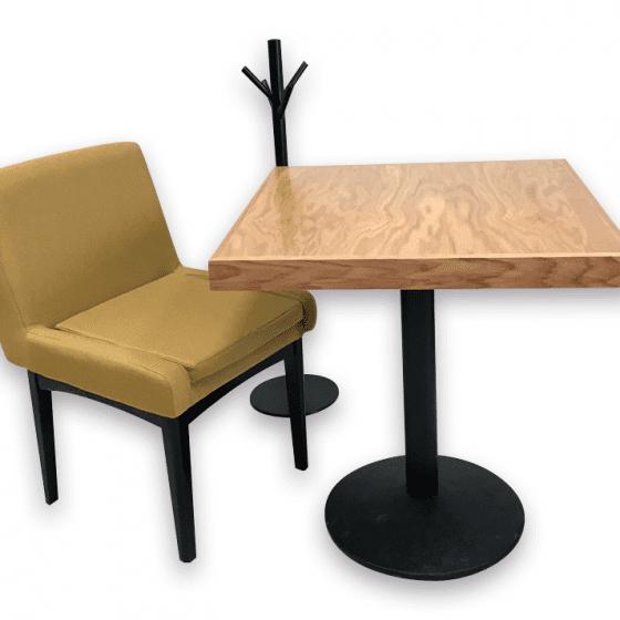 mesas para restaurantes de madera de encino natural silla tapiz verde carpinteria interiorismo cafeterias y bares