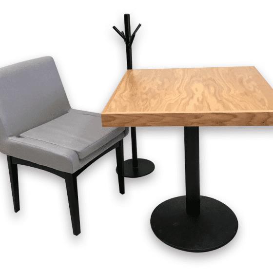 mesas para restaurantes de madera de encino natural sillas tapiz gris carpinteria interiorismo cafeterias y bares