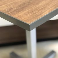 mesas para restaurantes madera natural cantos en metal detalle boquilla